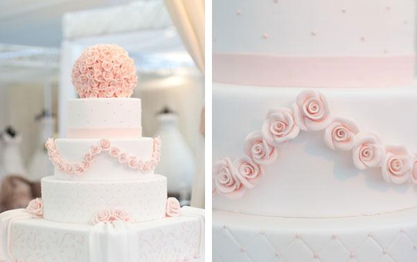 Tort alb mare cu trandafiri roz din zahar