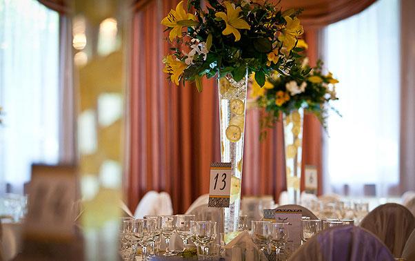 Aranjament floral cu lamai masa invitati nunta Irina si Catalin Ramnicu Valcea